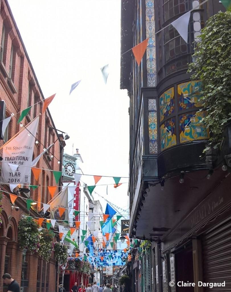 La ruelle décorée de Dame Lane et son concert en terrasse Crédit photo : Claire Dargaud