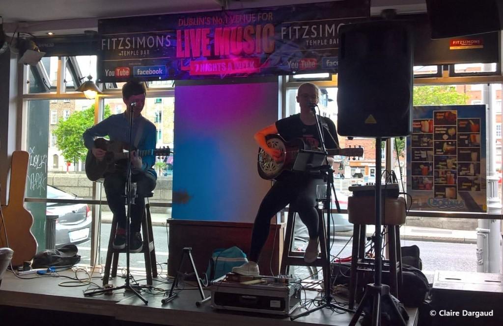Musiciens jouant au Fitzsimons, un pub au décor épuré dans Temple Bar Crédit photo : Claire Dargaud