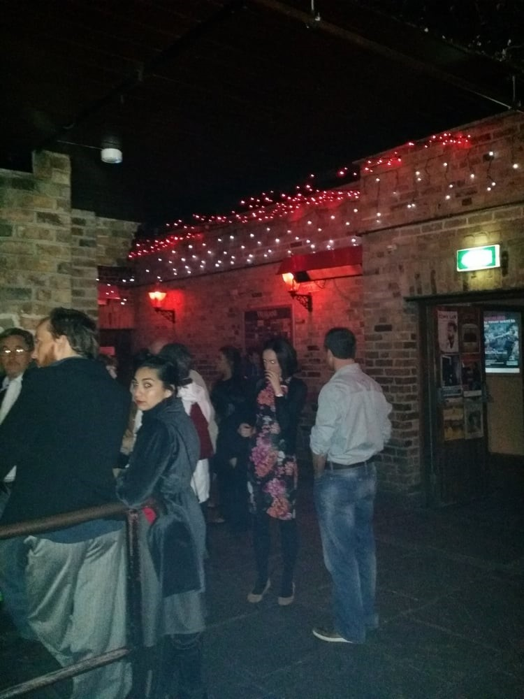 A gauche le rez-de-chaussée rétro, à droite l'étage à ciel ouvert qui sert d'espace fumeur.  Crédit photo : https://www.yelp.ie/biz_photos/whelans-dublin-2?select=c8ToOPOoloMgsrsFJTo4Gg http://www.dublinrocks.com/venue/whelans