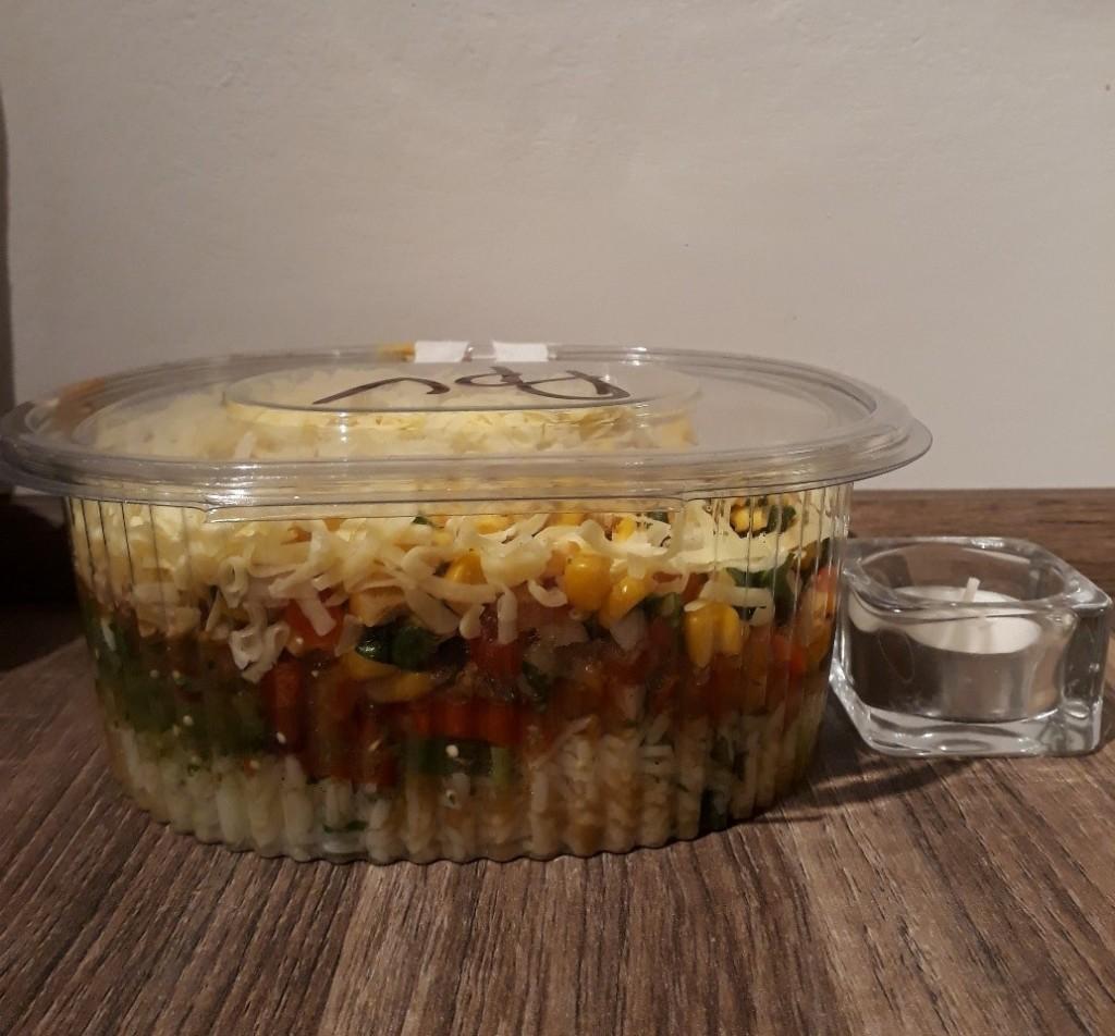 Au programme : riz blanc au citron et à la coriandre, haricots à la sauce tomate, porc effiloché, mélange de tomates, maïs en grains, sauce verte et fromage ! (Bougie pour échelle)