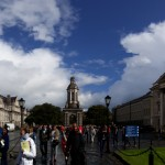 """A l'entrée du campus, le campanile siège au milieu de la place du parlement. A droite, la chapelle, à gauche la """"salle publique"""""""