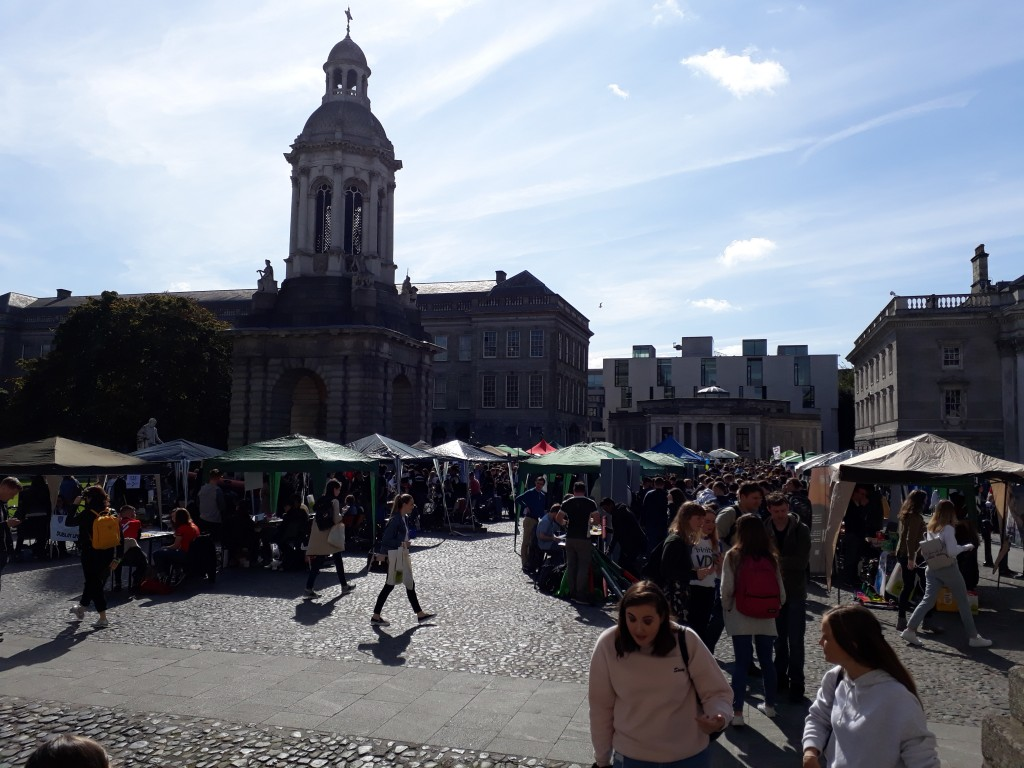 La place du Campanile occupée par les stands des associations