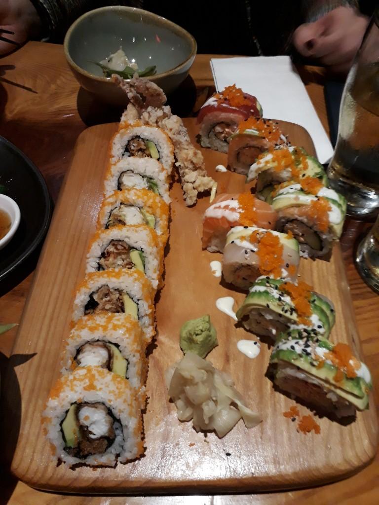 """Deux assortiments de """"rolls"""", des énormes californias fourrés à plein de choses originales comme du crabe croustillant"""