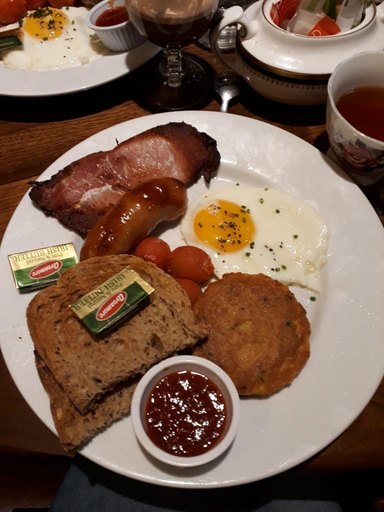Bacon, oeuf au plat, toast, saussice, tomates cerises cuites, gâteau de pomme de terre et relish. 10,5 euros