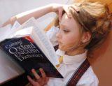 Apprendre l'anglais à l'étranger : fille lisant un dictionnaire